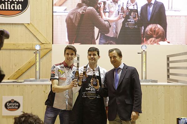 Álex Márquez entrega el premio del Campeonato Estrella Galicia BeerMaster a Martín Galán